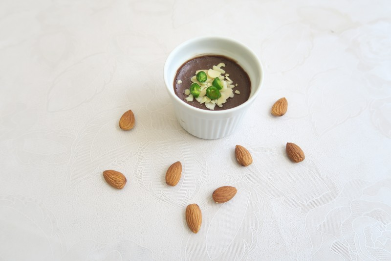 Spicy chocolate mousse with almonds